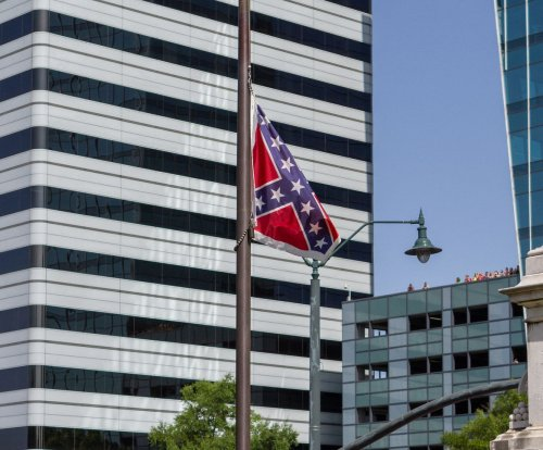 Crowd cheers as South Carolina removes Confederate flag from Capitol