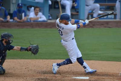 Justin Turner adds to hit streak, leads Dodgers to 7th win in a row
