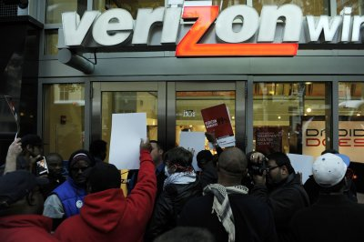 Verizon sees higher net income, but is losing contract mobile customers to rivals