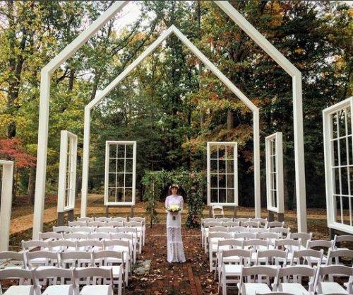 Jason Mraz marries fiancée Christina Carano
