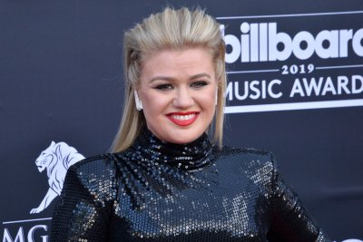 Kelly Clarkson to host Billboard Music Awards in April