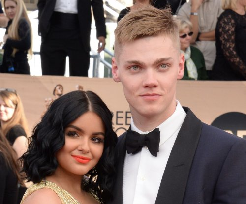 Ariel Winter, boyfriend Levi Meaden get close at SAG Awards