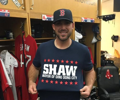 Boston Red Sox 3B Travis Shaw leaves with injury