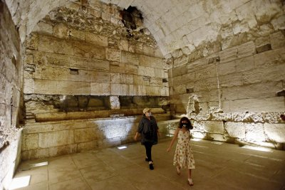Archaeologists unveil grand building near Jerusalem's Western Wall