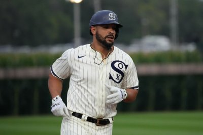 White Sox's Jose Abreu hits home run into corn during 'Field of Dreams' Game