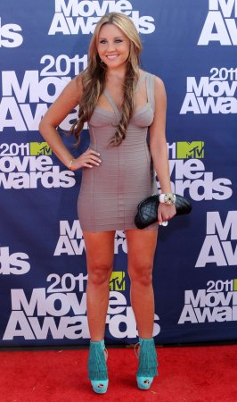 Amanda Bynes tries to use Google as photo identification for flight