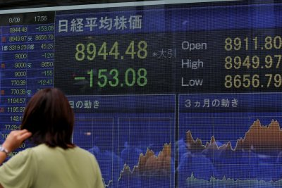 Asian stocks fall after bad economic news in Europe and U.S.