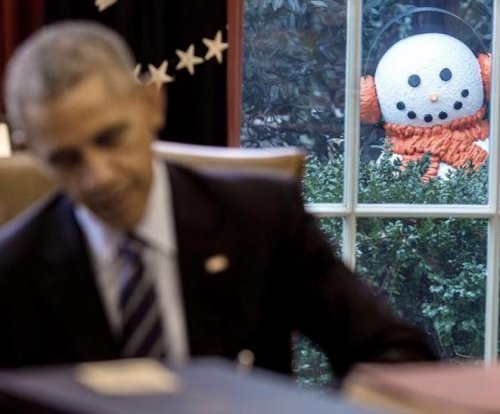 Obama staffers prank president with window-peeping snowmen