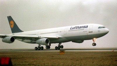Lufthansa pilots threaten strike