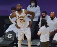 Lakers' LeBron James to sit out Monday vs. Nuggets after aggravating ankle injury