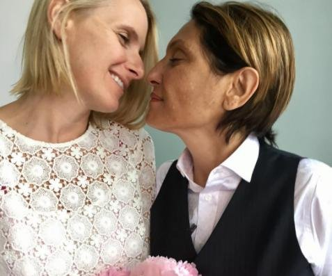 'Eat, Pray, Love' author Elizabeth Gilbert holds commitment ceremony