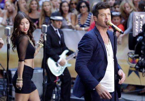 'Blurred Lines' tops U.S. record chart for eighth week
