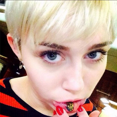 Miley Cyrus got a lip tattoo
