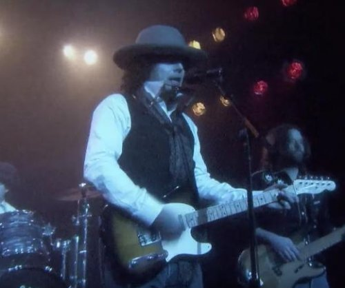 Jimmy Fallon performs Drake's 'Hotline Bling' as Bob Dylan