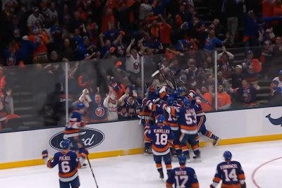 Josh Bailey sends Islanders crowd into frenzy with OT winner against Penguins