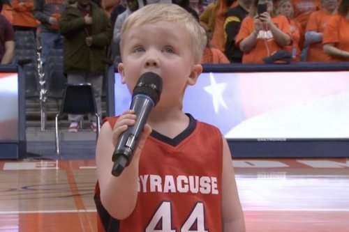New York 3-year-old sings national anthem at Syracuse game