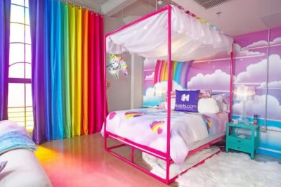 Lisa Frank hotel room features colorful designs from '90s school supplies