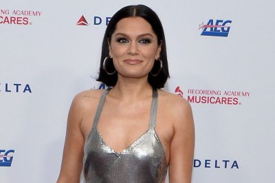 Jessie J dances at bar in 'I Want Love' music video