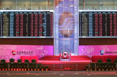 Chinese stock market falls to four-year low amid trade dispute