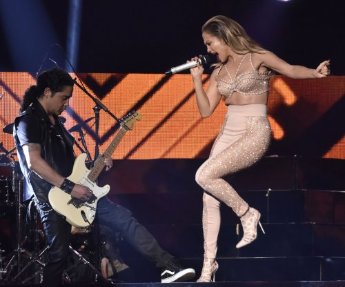 Jennifer Lopez pays tribute to Selena at Billboard Latin Music Awards
