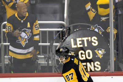 Steelers' Shazier stands, leads chant at Penguins game