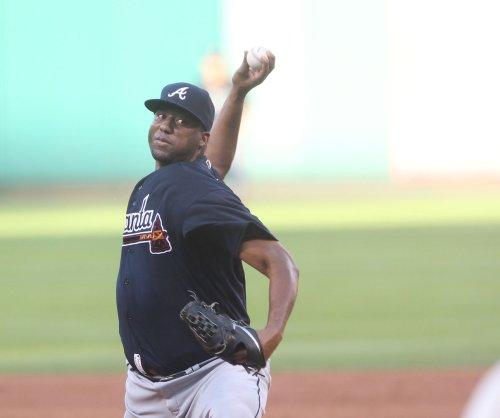 Atlanta Braves' homers help Roberto Hernandez to first win since 2015