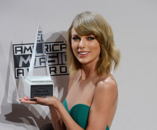 Diana Ross presents Dick Clark Award for Excellence to Taylor Swift