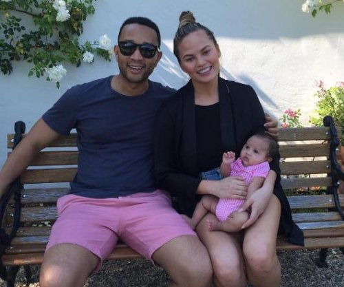 Chrissy Teigen, John Legend pose with daughter for family photo