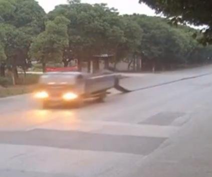 Truck gradually loses spool of cloth on the road