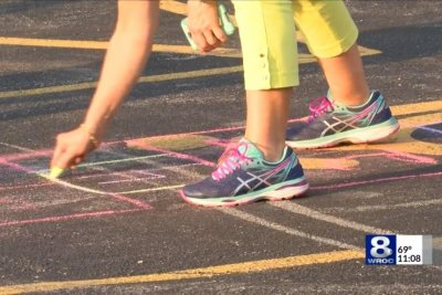 More than 700 play hopscotch to break Guinness record