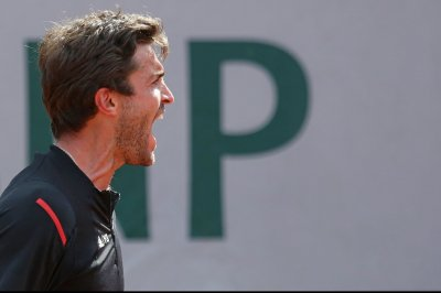 Gilles Simon wins opening match in Marseilles