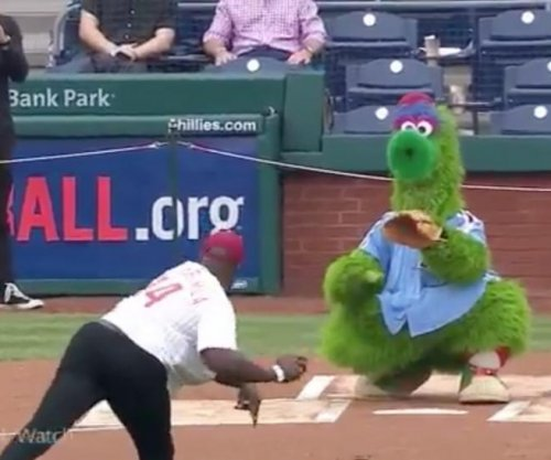 Akbar Gbaja-Biamila throws terrible first pitch at Phillies game
