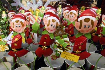 Kohl's profits plunge, forecasting holiday sales spike