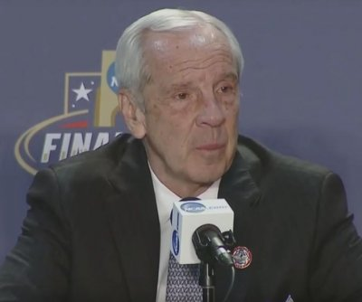 North Carolina coach Roy Williams has right knee replaced