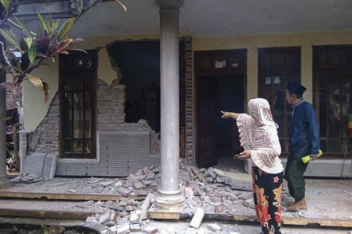 7 dead after 6.0-magnitude earthquake hits Indonesia