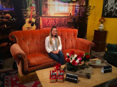 Colbie Caillat channels Phoebe Buffay with 'Smelly Cat' performance