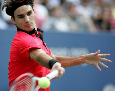 Federer advances to Estoril semis