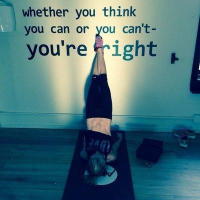 Kelly Ripa flaunts toned abs in photo