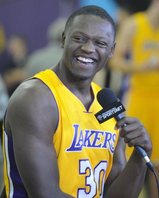 Julius Randle breaks leg during NBA debut