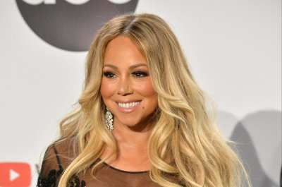Mariah Carey calls to thank fan for Christmas display