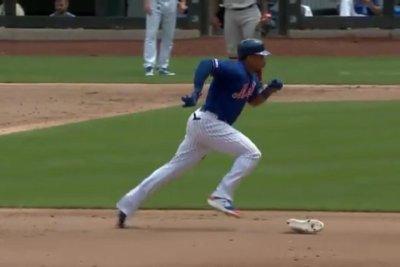 Mets' Carlos Gómez loses shoe on basepaths