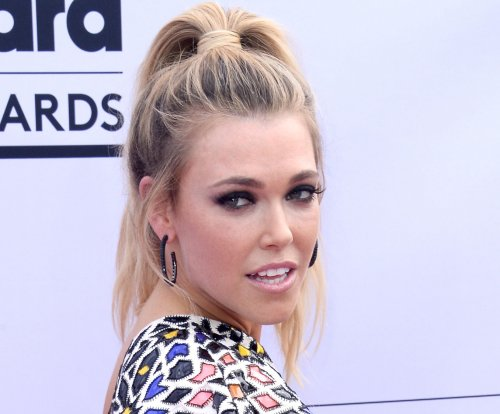'Fight Song' singer Rachel Platten introduces daughter