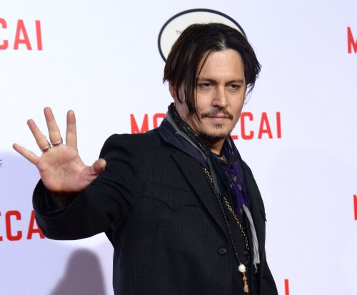 Johnny Depp poses for selfies with Australian fans in full 'Pirates' costume