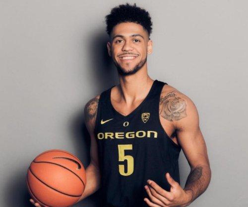Oregon escapes as Michigan misses last-second shot