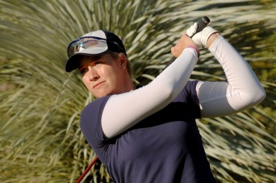Brittany Lincicome shoots 64, takes lead in LPGA event