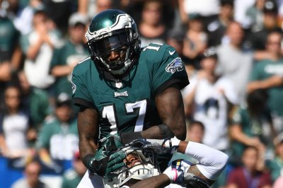 Nick Foles throws four touchdowns as Philadelphia Eagles hold off New York Giants