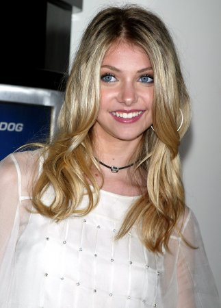 Momsen returns to 'Gossip Girl' set
