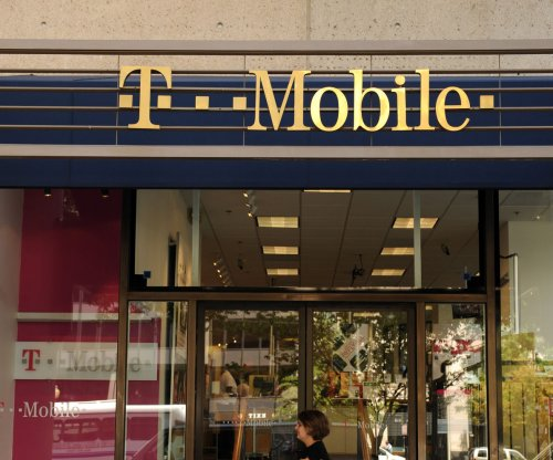 FCC chair says he will back T-Mobile, Sprint merger