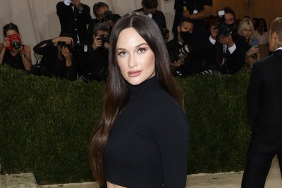 Kacey Musgraves takes the stage for 'Breadwinner' performance on 'Late Show'