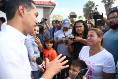 Julian Castro escorts group of asylum seekers from Mexico to Texas